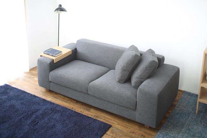 ソファのアームテーブルで素敵なリラックスタイムを